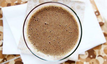 Superfood smoothie recept met rauwe cacao poeder, acai poeder en arenga palmsuiker