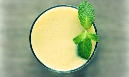Superfood smoothie recept met plantaardige melk, banaan, mangostukjes, kokosolie en Maca poeder