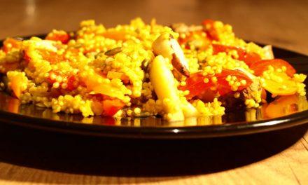 Kurkuma quinoa met rode linzen, paranoten en groenten