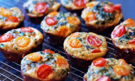 Paleo frittata muffin, gewikkeld in prosciutto