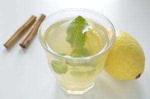Kruidige ijsthee met kaneel en citroen