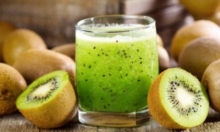 Groene smoothie met boerenkool, kiwi & sinaasappels