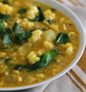 Indiase bloemkool & spinazie soep met rode linzen