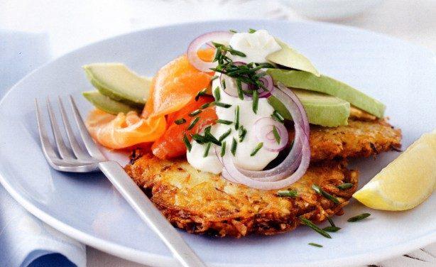 Gerookte zalm met aardappel rösti, avocado en kurkuma (4 personen)