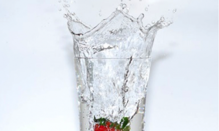 Recept voor detox water met aardbei en rozemarijn