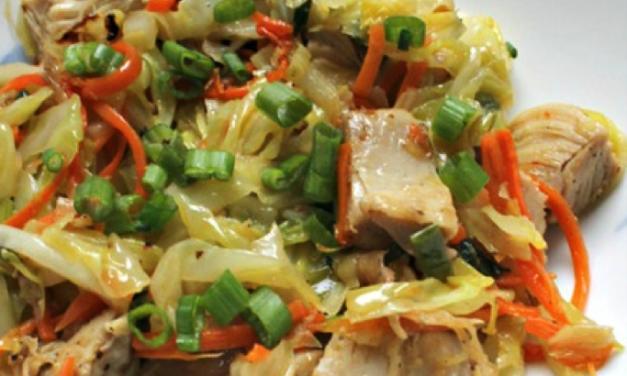 Paleo lunch met kip, ei en ui