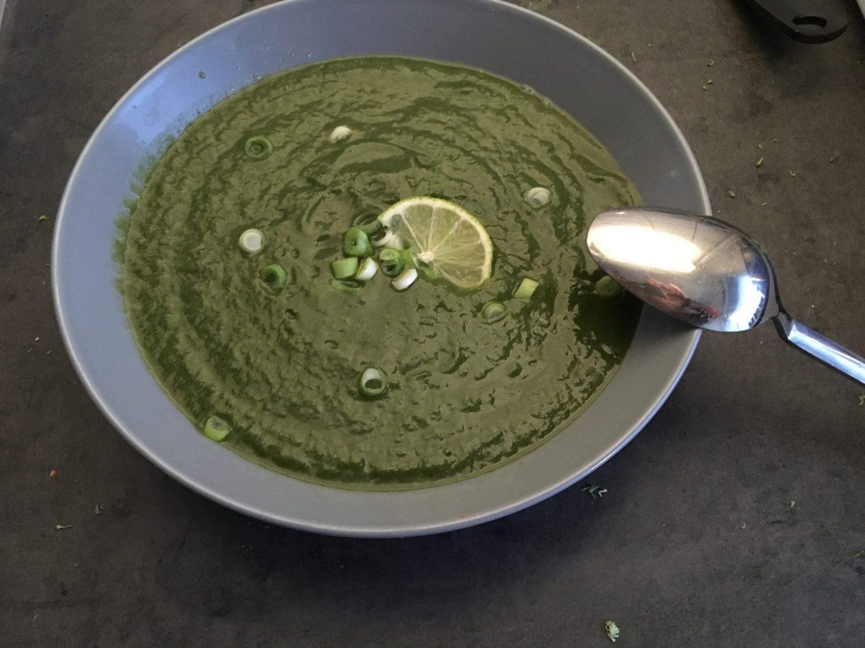 Broccoli spinazie soep met garnering van bosui en limoen